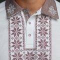 Мужская рубашка-поло с вышивкой и бежевым декором. Фото деталей товара 7