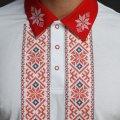 Мужская рубашка-поло с вышивкой и красным декором. Фото деталей товара 5